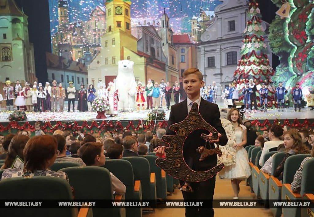 Александру Лукашенко вручили новогодние сувениры, один из которых сделали лидчане