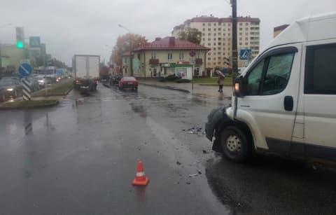 В центре Лиды столкнулись бус и МАЗ. От удара грузовик чуть не перевернулся