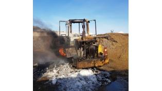 На выходных пожарные ликвидировали возгорание погрузчика и гаража