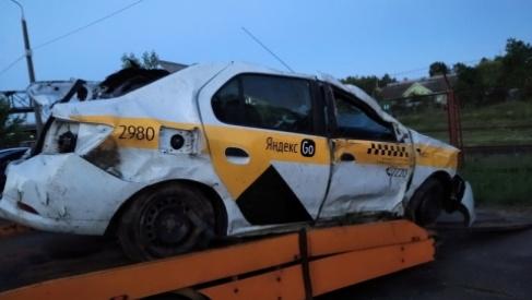 Под Лидой опрокинулся автомобиль такси